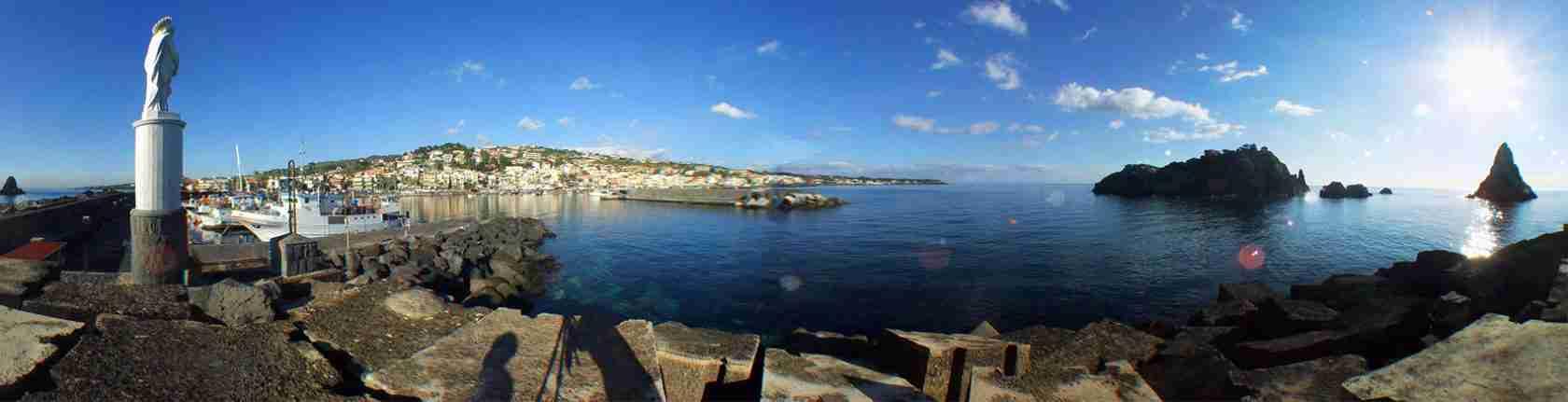 La spiaggia di Acitrezza è il luogo preferito dalle escort Catania per una giornata al mare.