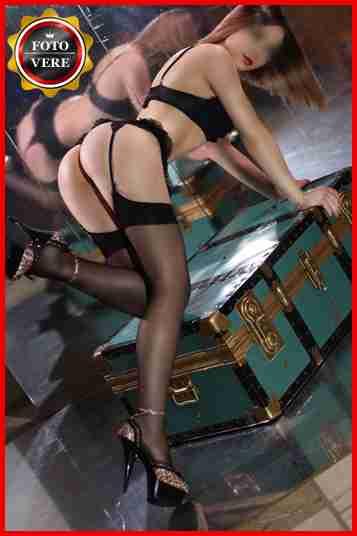 Luxury escort Vittoria è davvero provocante con il reggicalze e una lingerie davvero sexy. Magica Escort.