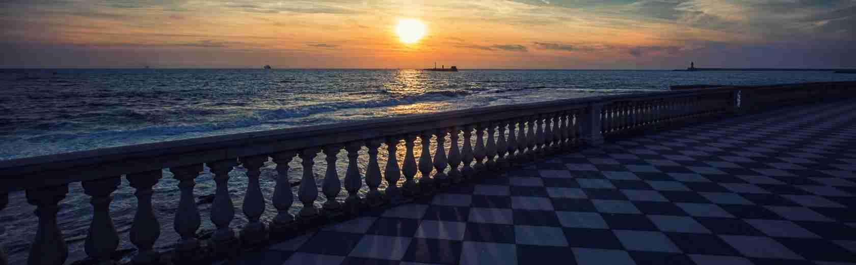 Una passeggiata romantica con una escort Livorno lungo la Terrazza Mascagni di Livorno. Magica Escort