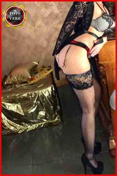 Sofia escort Monza indossa lingerie e reggicalze molto sexy nella foto di anteprima. Magica Escort