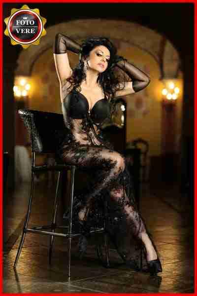 Marilena Grimaldi top class escort italiana indossa uno splendido abito nero sexy e trasparente. Magica Escort