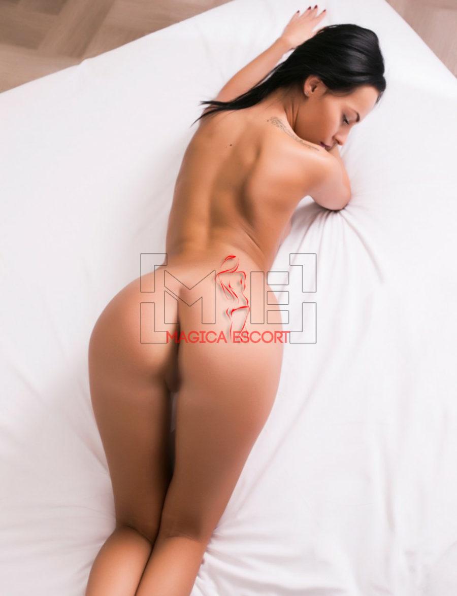 Sexy girl Giulia nuda in una posa eccitante dove esibisce il meraviglioso culetto. Magica Escort